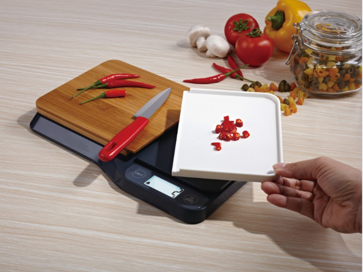 Digital kitchen scale with cutting board